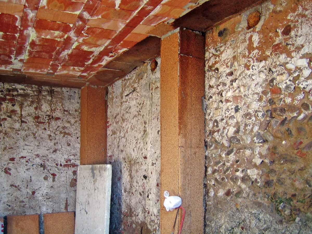 Protezione termoigrometrica dei ponti termici sulla faccia esterna dei pilastri con pannelli in sughero biondo naturale compresso SoKoVerd.AF a grana media 4/8mm.