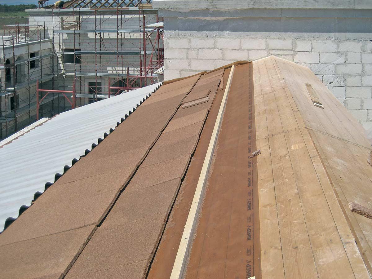 Tetto bioedile in legno con stesura di strato separatore impermeabile e traspirante KoSep.C, doppio strato di pannelli in sughero biondo naturale superkompatto SoKoVerd.LV a grana fine 2/3mm e completamento con lastre ondulate in fibrocemento