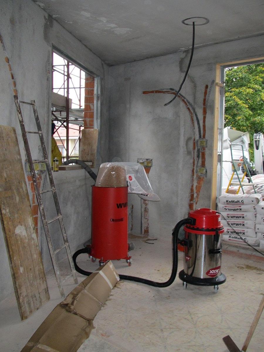 Macchina per l'insufflaggio dei granuli in sughero biondo naturale bollito e ventilato SugheroLite Media o Costante nell'intercapedine delle pareti