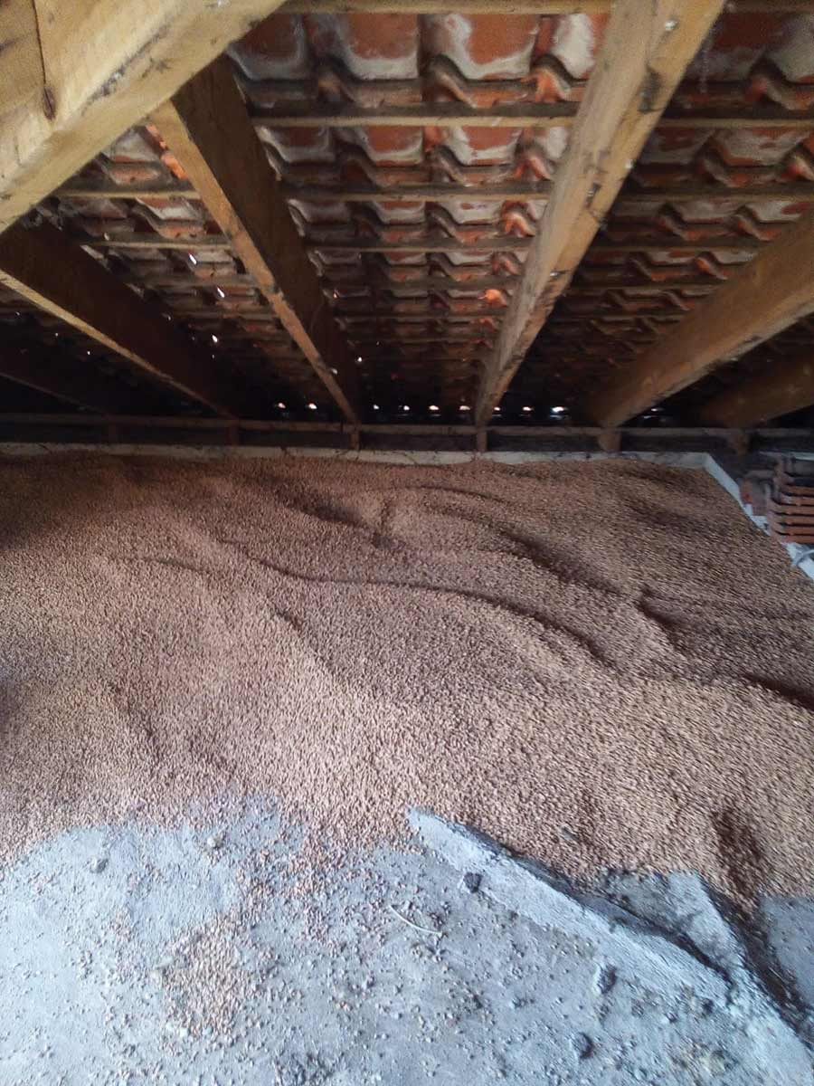 Stesura a secco di granuli in sughero biondo SugheroLite